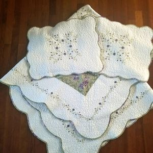 Stunning Scalloped Edged Quilt